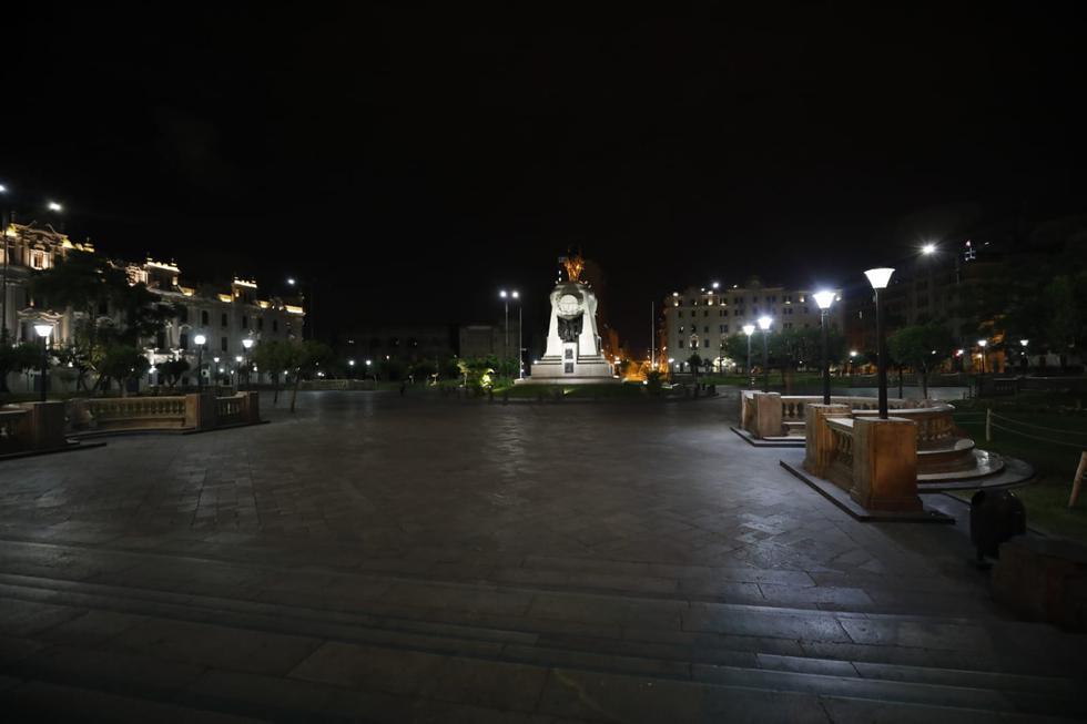 La plaza San Martín, uno de los lugares más concurridos de la ciudad, se quedó vacía minutos después del inicio del toque de queda.  (GEC)