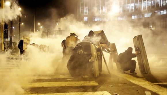 """El ministro mostró un video grabado por un ciudadano extranjero durante una de las marchas. Durante la grabación, el joven afirma que """"la policía solo hace su trabajo"""". (Foto: GEC)"""