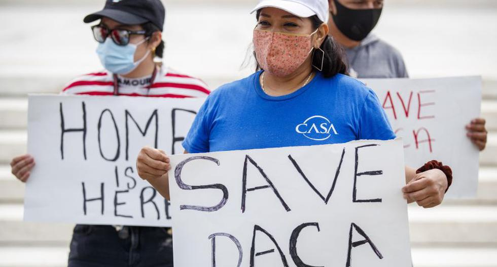 Un grupo de jóvenes inmigrantes y aliados se reunieron antes de la decisión sobre el caso de Acción Diferida para los Llegados en la Infancia (DACA) frente a la Corte Suprema de Estados Unidos en Washington. (EFE/EPA/SHAWN THEW)