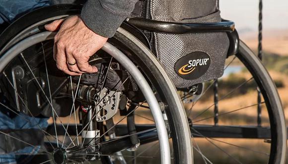 Un motociclista detuvo su vehículo en medio de una avenida solo para ayudar a cruzar la pista a un hombre que se desplazaba en una silla de ruedas | Foto: Pixabay / stevepb - Referencial