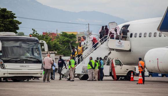 Las autoridades de Haití reciben a los migrantes deportados por Estados Unidos. (Richard Pierrin / AFP).