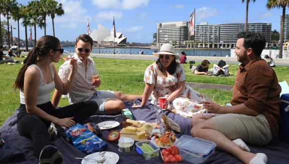 De izda. un dcha. Fabie McGechan, Demitris van Maaren, Melanie Marsden y Joel Hutchings disfrutan de un picnic en el Museo de Arte Contemporáneo, en Sydney. En algunos espacios públicos de Sidney se permitirán reuniones y picnics como medida temporal a los vacunados de la covid-19. (Foto: EFE / EPA / DAN HIMBRECHTS AUSTRALIA Y NUEVA ZELANDA).