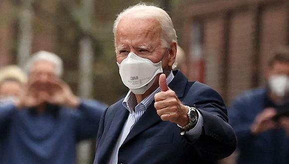 El presidente electo de los Estados Unidos, Joe Biden, levanta el pulgar cuando sale del Hospital de Pennsylvania después de una cita de seguimiento en el departamento de radiología el 12 de diciembre de 2020 en Filadelfia, Pensilvania. (Foto: Getty Images / AFP).