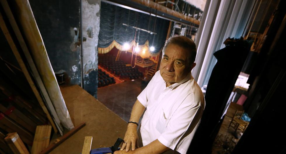 Efraín Aguilar baja el telón del teatro Canout. Esta vez, para siempre. (Foto: Alessandro Currarino / El Comercio)