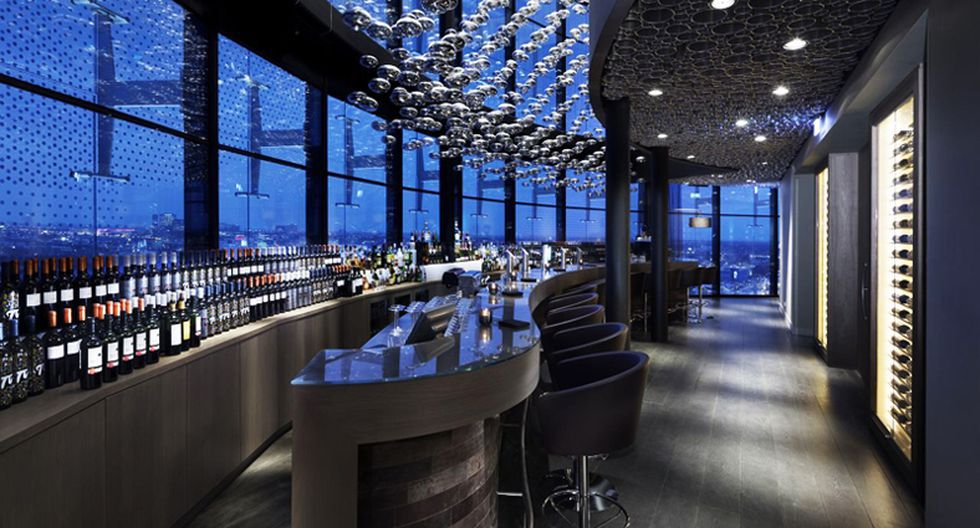 La fachada totalmente acristalada, con pantallas de plegado y ventanas redondas, produce una apariencia transparente muy distintiva al hotel.