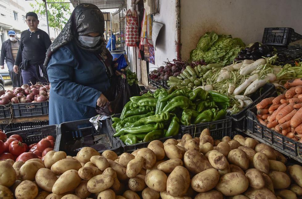 Los paquistaníes salieron a la calle masivamente el sábado, en su primer día de Ramadán, inundando mercados y mezquitas. (AFP/RYAD KRAMDI).