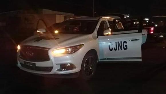 Un video publicado en YouTube muestra a hombres que llevan armas largas y se desplazan en camionetas que en sus puertas tienen escritas las siglas CJNG (Cártel Jalisco Nueva Generación).