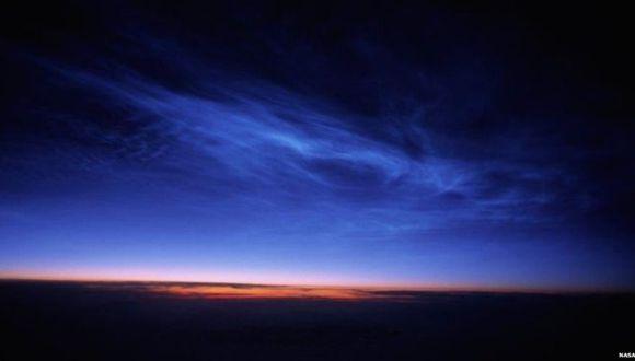 La nubes noctilucentes se forman a una altura aproximada de 80 km y pueden ser observadas solamente en las noches de verano. (Foto: NASA)