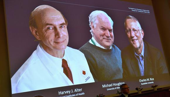 Vista de la rueda de prensa para anunciar este lunes el Premio Nobel de Medicina 2020 que será compartido por los virólogos estadounidenses Harvey J. Alter y Charles M. Rice, junto con el británico Michael Houghton por el descubrimiento del virus de la hepatitis C, en el Instituto Karolinska de Estocolmo, Suecia. (EFE/Claudio Bresciani).