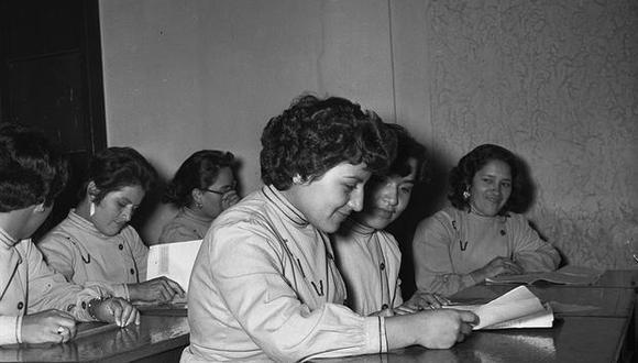 Las agentes de la Sección Femenina de Auxiliares de Investigaciones dieron sus últimos exámenes en diciembre de 1956. Ya estaban ad portas de ser agentes de investigación del antiguo Cuerpo de Investigación, Vigilancia e Identificación (CIVI), institución que cuatro años después, en 1960, pasaría a llamarse Policía de Investigaciones del Perú (PIP). (Foto: GEC Archivo Histórico)
