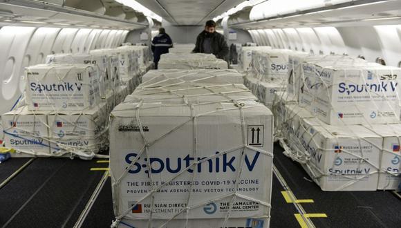 Contenedores con parte de un envío 609.965 vacunas Sputnik V contra el coronavirus COVID-19 en la cabina de un avión de Aerolíneas Argentinas a su llegada desde Rusia. (Foto: AFP).