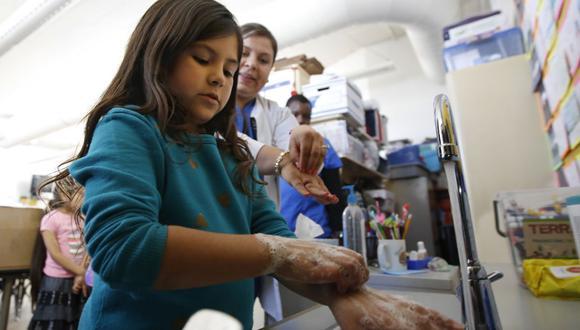 El lavado de manos es la principal arma para evitar el contagio del nuevo coronavirus, según los expertos en enfermedades.  (Foto: AP)