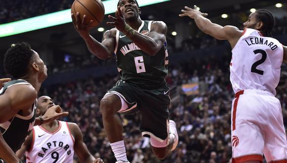 MIlwaukee Bucks venció 104-99 a Toronto Raptors por la Conferencia Este de la NBA.   Foto: AP