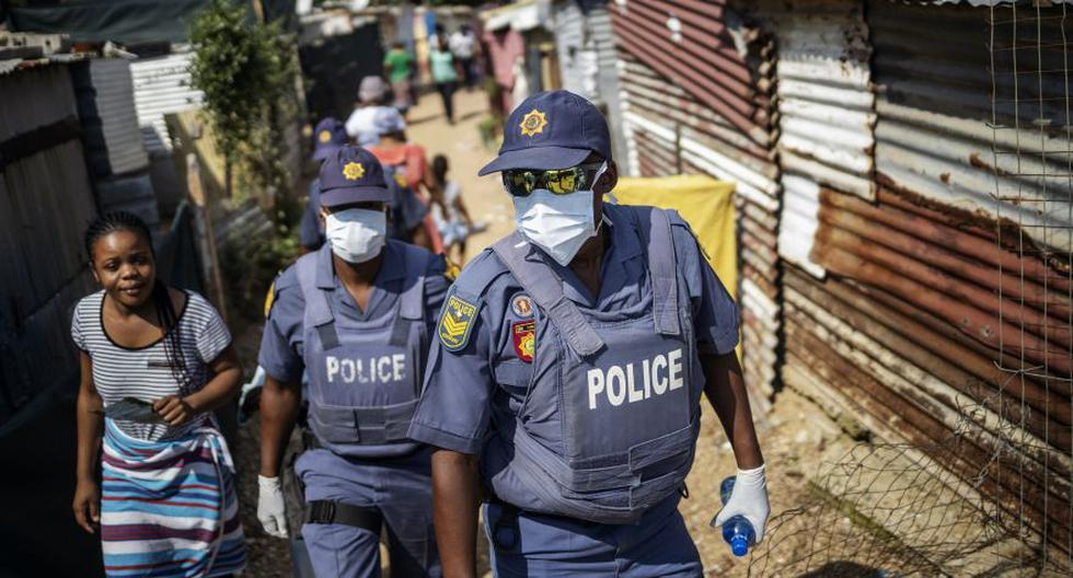 Miembros del Servicio de Policía de Sudáfrica (SAPS) usan mascarillas y guantes en medio de la preocupación por la propagación del coronavirus. (Foto: AFP).