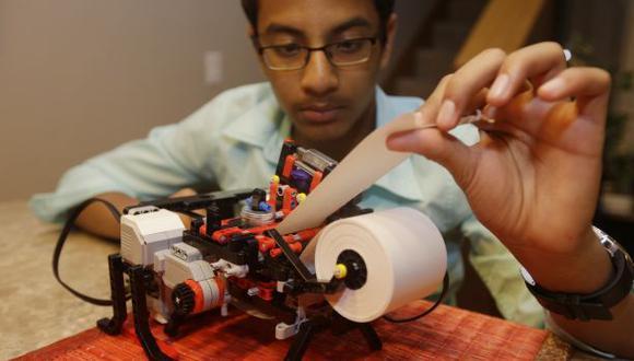 Niño de 13 años construye impresora Braille con Legos