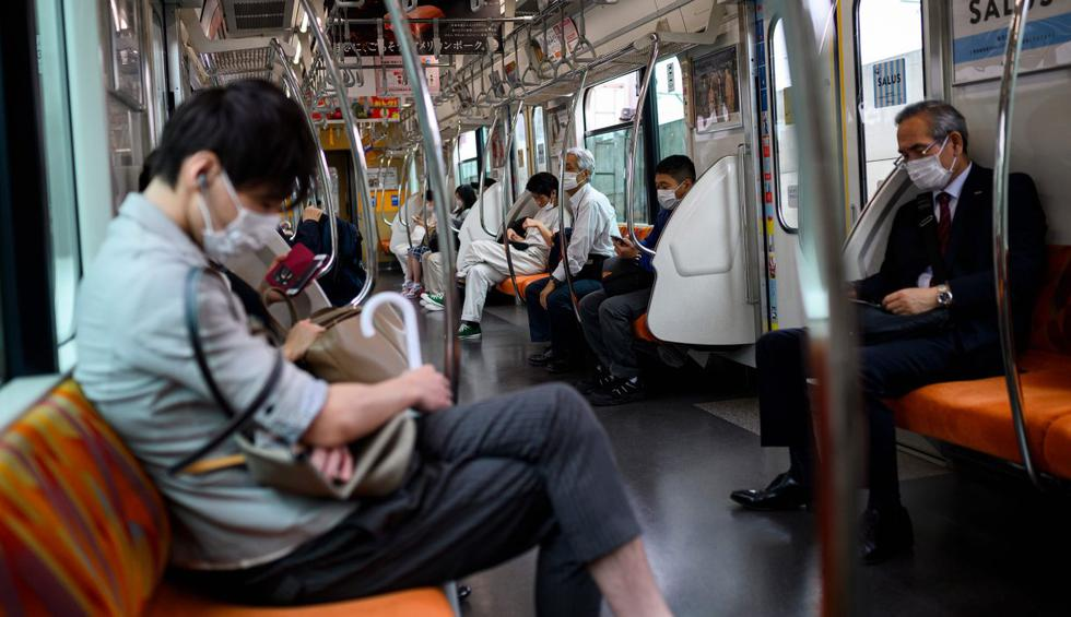 Las personas que usan máscaras faciales para protegerse del coronavirus (COVID-19) viajan en un tren en Tokio, Japón. (AFP / Behrouz MEHRI).