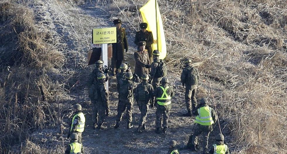 Imagen de noviembre de 2018. Un soldado del ejército de Corea del Sur, en la parte inferior central, se da la mano con un soldado del ejército de Corea del Norte antes de cruzar la Línea de Demarcación Militar dentro de la Zona Desmilitarizada. (AP Photo/Ahn Young-joon, Pool).