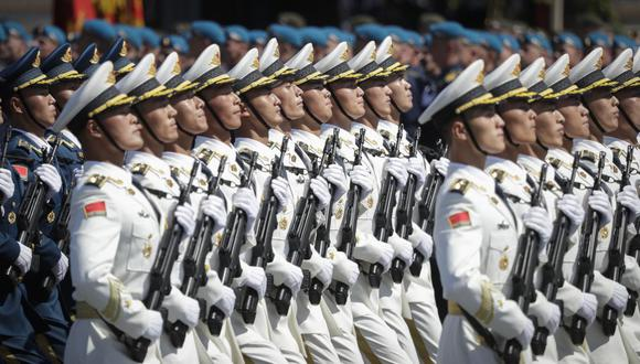 Soldados del Ejército Popular de Liberación de China marchan en la Plaza Roja de Moscú el 24 de junio de 2020. (Foto referencial, Pavel Golovkin / POOL / AFP).
