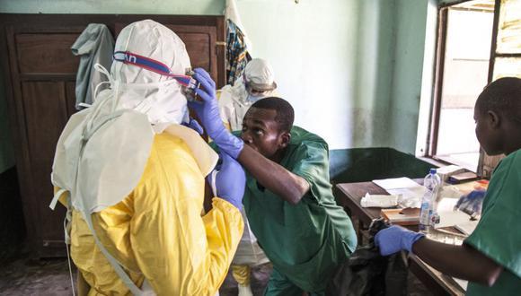 Trabajadores liberianos se preparan para tratar a pacientes por ébola en el Hospital de Bikoro, en la República Democrática del Congo. (Foto: AP)