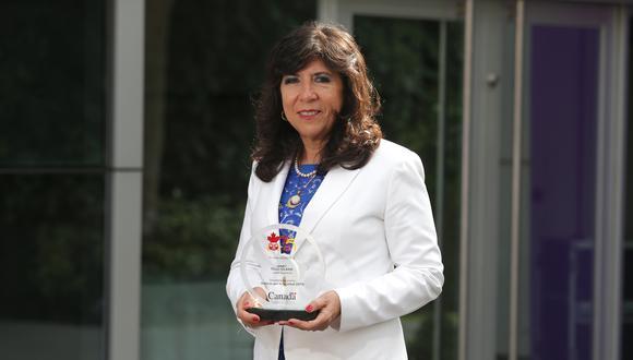 """La magistrada Janet Tello fue reconocida con el premio """"Rostros por la Igualdad"""", entregado por la Embajada de Canadá."""