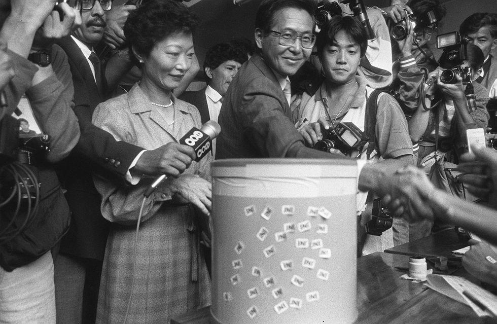 1990. Primera vuelta, votación de Alberto Fujimori junto a a su esposa, Susana Higuchi. [Foto: Archivo El Comercio]