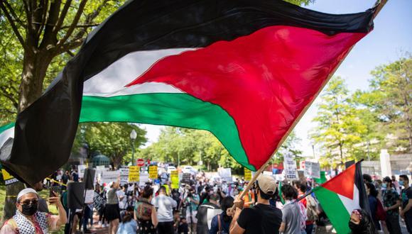 Un hombre hondea una bandera palestina durante una movilización realizada frente a la embajada de Israel en Washington D.C. (Foto: Shawn Thew / EFE)