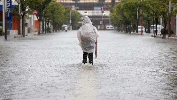 Un octogenario murió ahogado en circunstancias similares en Fukuoka cuando intentaba sacar a su vehículo atrapado por la crecida de las aguas, según las autoridades locales. (Foto: AFP)