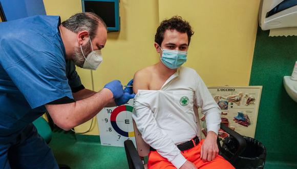 Un trabajador de transporte sanitario recibe la vacuna contra el coronavirus Covid-19 en un hospital de Turín, Italia. (EFE / EPA / TINO ROMANO).