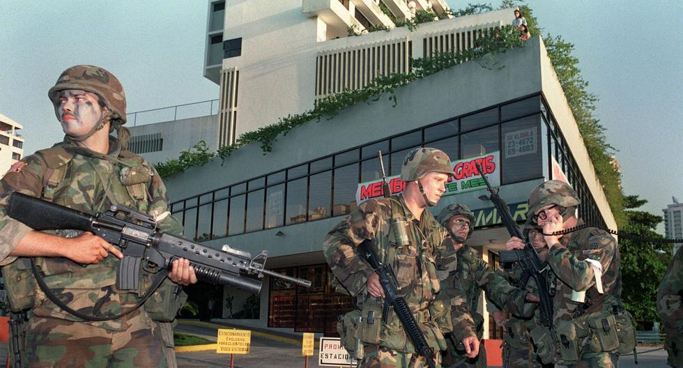 En esta imagen del 24 de diciembre de 1989 se ve a soldados estadounidenses frente a la embajada del Vaticano en Panamá. (AFP / MANOOCHER DEGHATI).