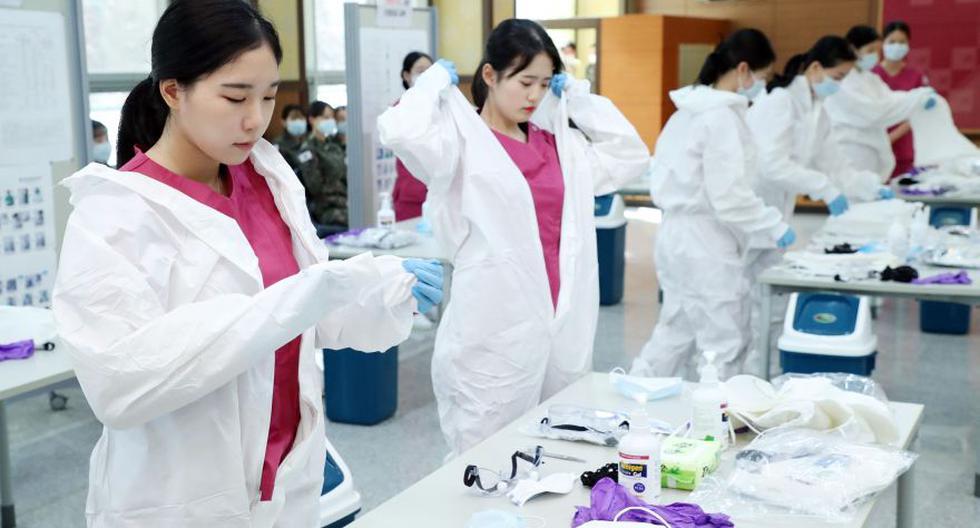 Los nuevos enfermeros oficiales reciben capacitación sobre el coronavirus COVID-19 antes de dirigirse a Daegu para ayudar al personal médico, en la Academia de Enfermería de las Fuerzas Armadas de Corea en Daejeon. (Foto: AFP).