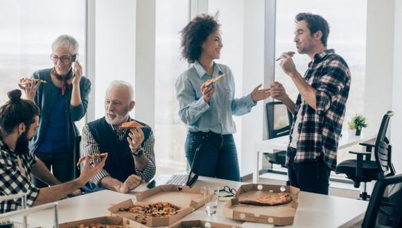 Las ventajas que ofrecen algunas empresas, como comida gratis, tienen un precio: tu libertad. (Foto: Getty Images)