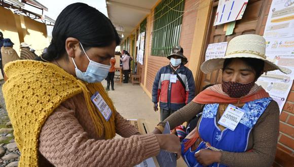 Una mujer indígena emite su voto durante las elecciones regionales, el 7 de marzo de 2021, en Laja, 30 km al oeste de La Paz, Bolivia. (Foto de AIZAR RALDES / AFP).