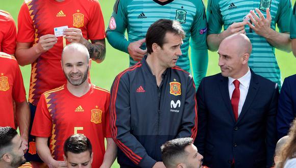 Lopetegui charla con el presidente de la Federación Española tras tomarse la foto oficial con el plantel. (Foto: AFP)