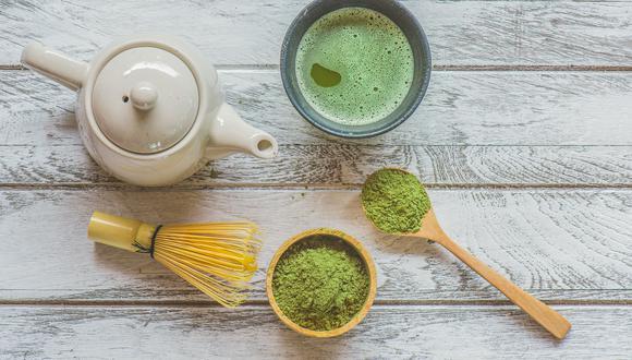 Una taza de té matcha posee la mitad de cafeína que una de café. Sin embargo, la energía que otorga es más controlada y sostenida a lo largo del día que la otra bebida. (Foto: Shutterstock)