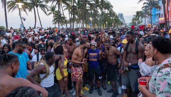 Una gran multitud de personas participa en una fiesta callejera cerca de la playa, durante las vacaciones de primavera en Miami Beach, Florida, Estados Unidos, el 20 de marzo de 2021. (EFE / EPA / CRISTOBAL HERRERA-ULASHKEVICH).