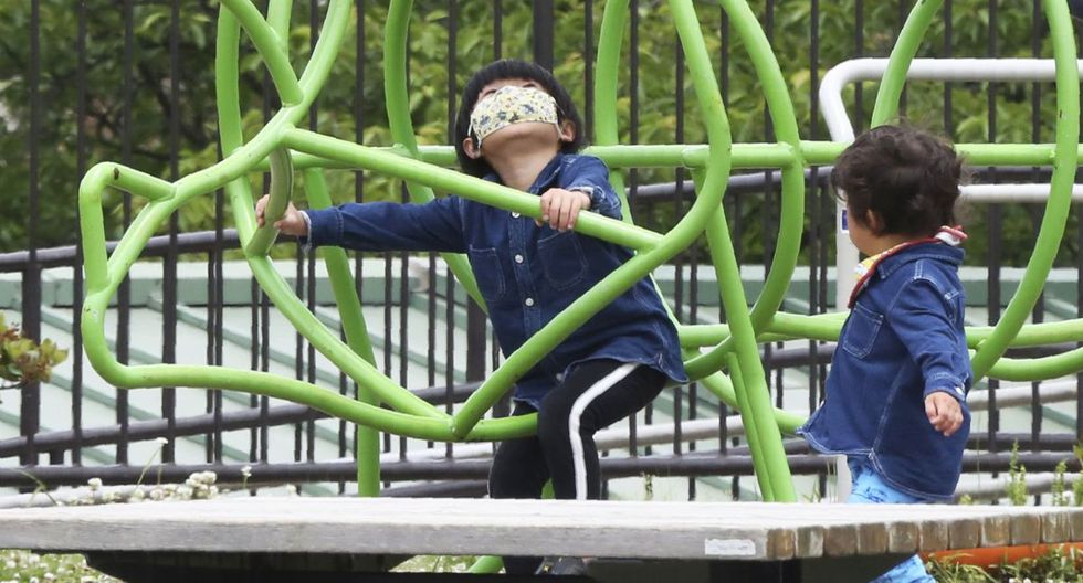 Coronavirus: las mascarillas son muy peligrosas para niños menores de dos años, según grupo médico japonés. (AP Photo/Koji Sasahara).