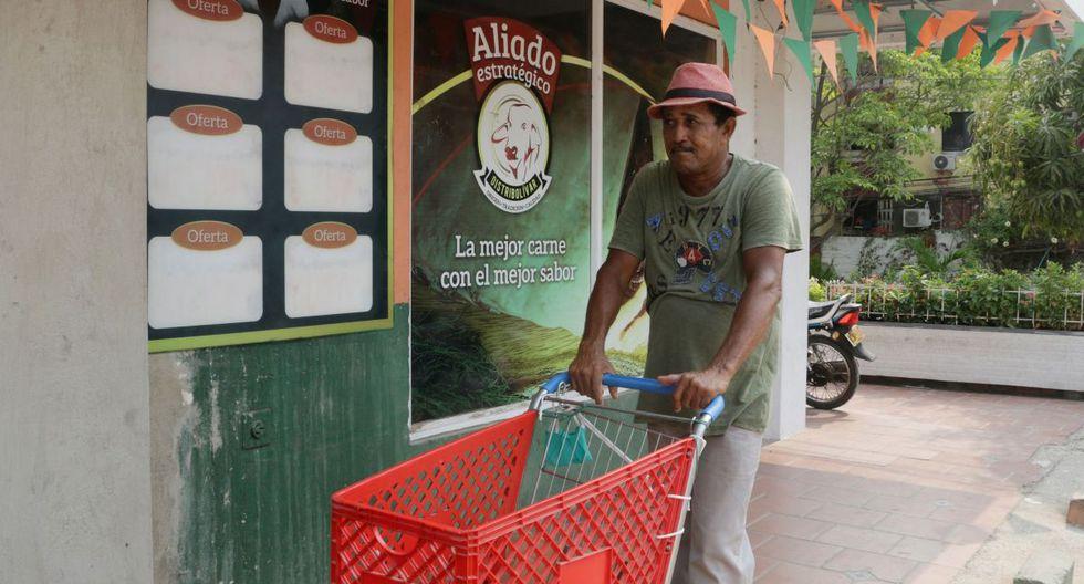 Un hombre espera clientes para transportar compras. El desempleo en Colombia en febrero pasado fue del 12,2%, pero la Fundación para la Educación Superior y el Desarrollo (Fedesarrollo) calcula que con la paralización del país por la cuarentena la tasa puede llegar al 19%. (EFE/Ricardo Maldonado Rozo).