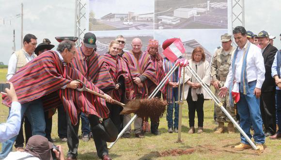 El saneamiento de terrenos es parte del proceso de la entrega de una obra a un concesionario. En la foto, la colocación de la primera piedra del futuro aeropuerto de Chinchero (Cusco), por el entonces titular del MTC, Martín Vizcarra, en el 2017. (GEC).