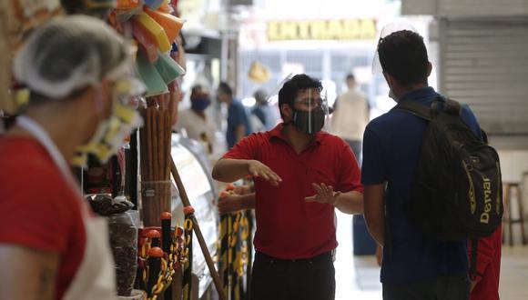 El uso de doble mascarilla será obligatorio para acudir a supermercados, mercados, centros comerciales, y otros lugares en el marco del estado de emergencia por el COVID-19. (Foto: GEC)