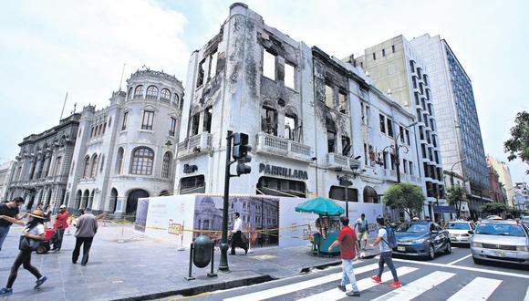 Cerca de 100 bomberos trabajaron durante 12 horas para controlar la emergencia. El predio era más antiguo que la plaza San Martín, que se inauguró en julio de 1921.(Foto: Jessica Vicente/ El Comercio)