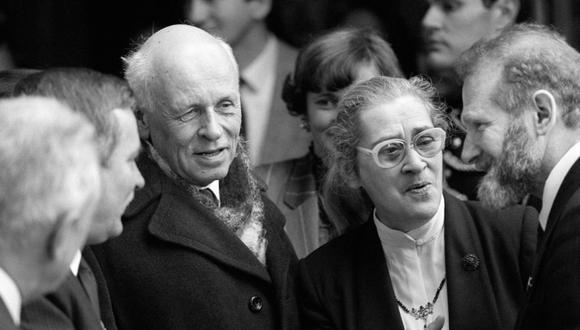 Andrei Sajarov con su esposa Yelena Bonner en París, en 1988. (Foto: Agencia AFP)