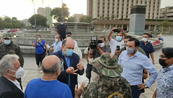 López Aliaga dijo estar feliz de  haberse reunido con el exparlamentario Virgilio Acuña, quien dirige esta agrupación debido a la prisión que cumple Antauro Humala. (Foto: Twitter)