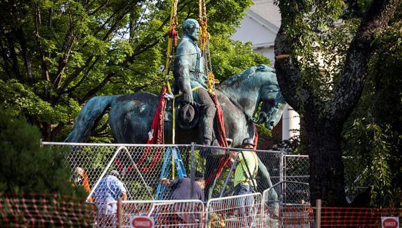 Trabajadores retiran la estatua del general confederado Robert E. Lee en Market Street Park en Charlottesville, Virginia, Estados Unidos, 10 de julio de 2021. (EFE/EPA/JIM LO SCALZO).