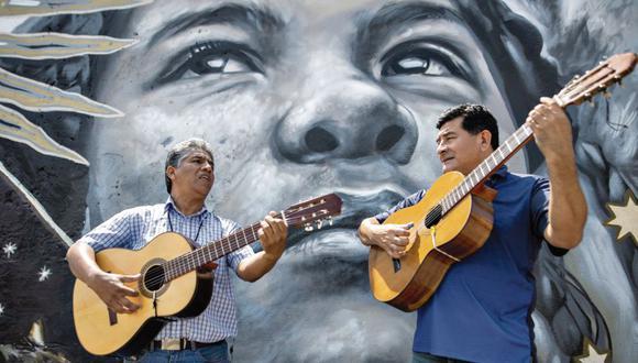 Luis Flores Soto (izquierda) y Walter Lynch impulsan y mantienen viva la tradición de la música criolla en el barrio Monserrate, ubicado en el Cercado de Lima.  (Anthony Niño de Guzmán)