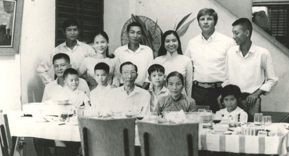 """Germaine Loc (de pie, tercera por la derecha), le preguntó a su esposo Dick Swanson (de pie, segundo por la derecha): """"Si cae Saigón, ¿rescatarás a mi familia?"""". (Foto: cortesía de Dick Swanson)"""