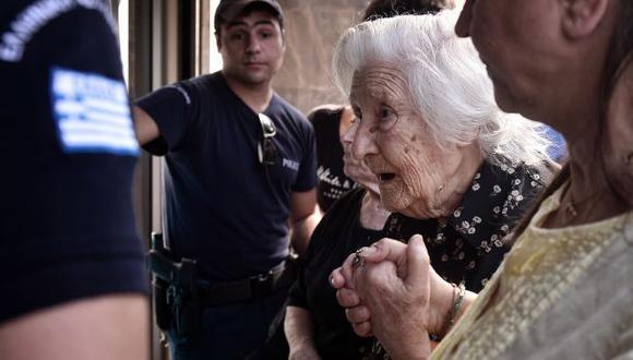 Grecia: Jubilados se agolpan en los bancos por sus 120 euros