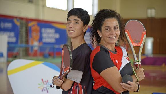 Claudia Suárez, medallista de oro en los Juegos Panamericanos Lima 2019 en paleta frontón, junto a su hijo Matías. (Foto: Proyecto Legado)