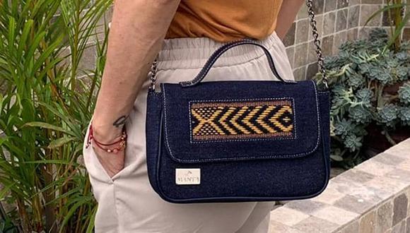 Una cartera que combine denim con tejidos peruanos puede aportar elegancia y sobriedad a nuestro atuendo. (Foto: Manta)
