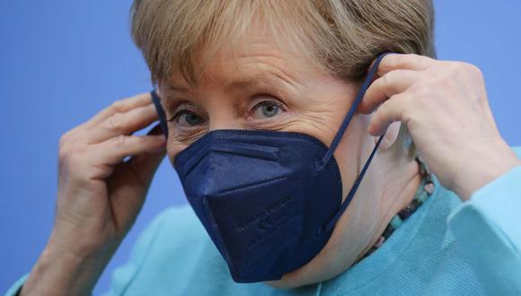 La canciller alemana, Angela Merkel, se pone la mascarilla cuando se va, después de su conferencia de prensa anual de verano en Berlín, Alemania, el jueves 22 de julio de 2021 (Hannibal Hanschke/AP).