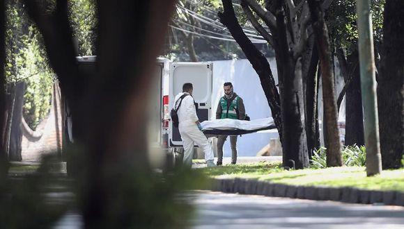 Peritos forenses laboran en el levantamiento de cuerpos en la zona del atentado del cártel Jalisco Nueva Generación contra el secretario de seguridad ciudadana, Omar García Harfuch. (EFE/Sáshenka Gutiérrez).